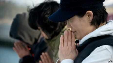balsa da Coreia do Sul, imagem de Parentes dos desaparecidos em naufrágio de balsa na Coreia do Sul.