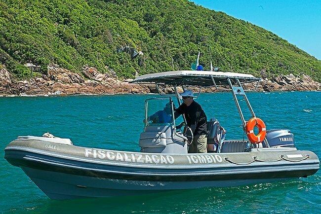 Reserva Biológica Marinha do Arvoredo, Santa Catarina, imagem de ricardo-casteli--e-bote-do-ICMBio na Reserva Biológica Marinha do Arvoredo