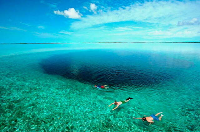 imagem de turistas no blue hole