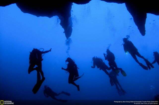 Blue Hole - O grande buraco azul no mar de Belize, imagem de mergulhadores submersos