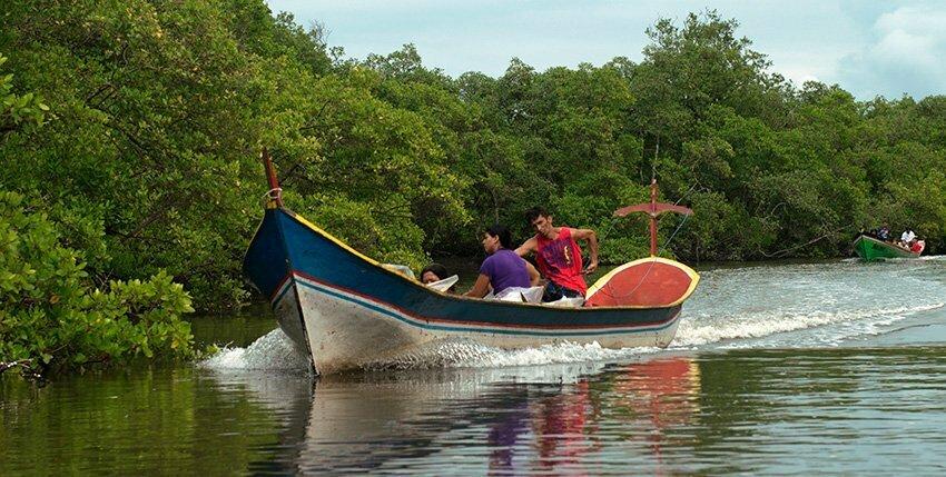 APA e ESEC de Guaraqueçaba,duas-canoas-no-canal-do Lagamar