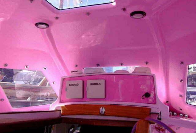 Garota de 16 anos faz volta ao mundo, interior de veleiro