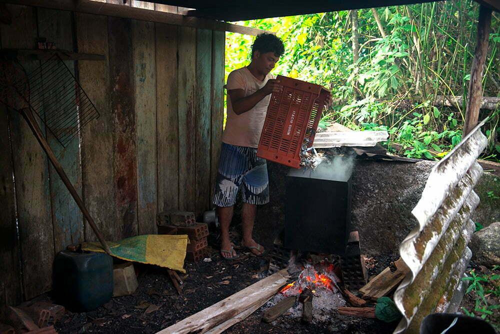 jogando-siris-na-agua-APA e ESEC de Guaraqueçaba