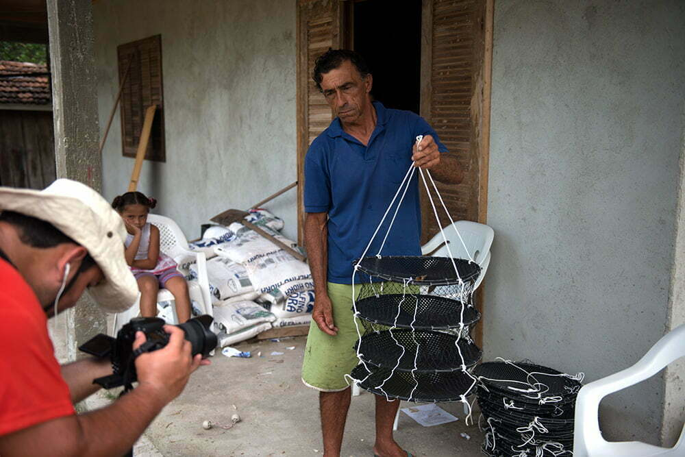 lanterna-armadilha para criação de ostras, APA e ESEC de Guaraqueçaba