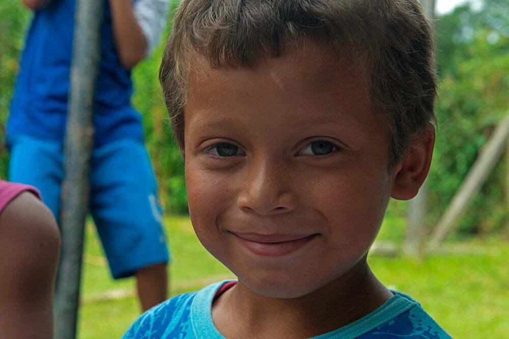 menino-da escola de vila verde, parrana,APA E ESEC de Guaraqueçaba