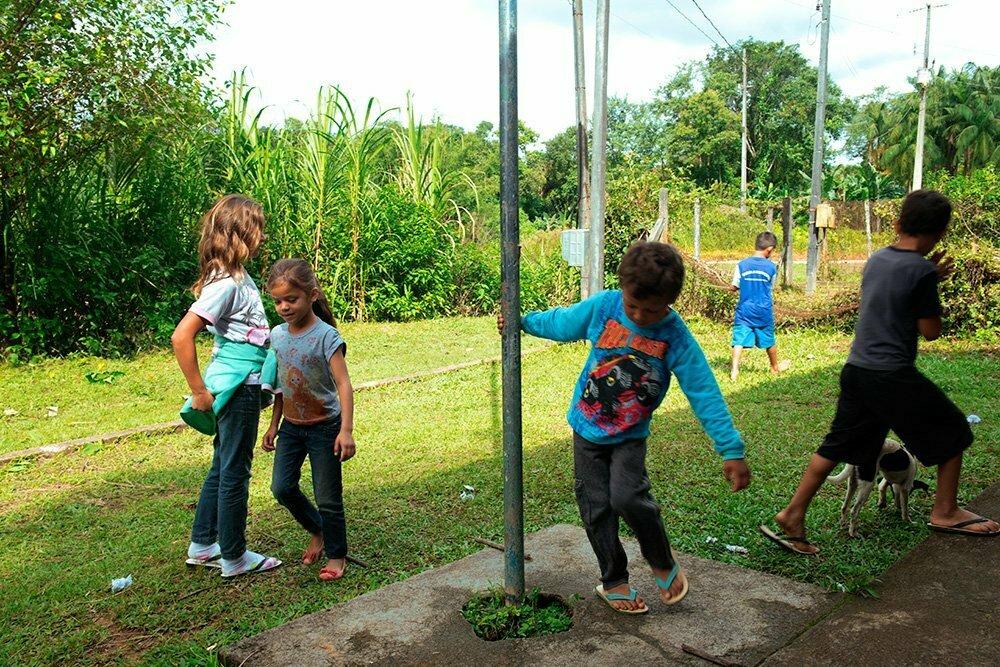 meninos-brincando-escola de vila verde, parrana, APA E ESEC de Guaraqueçaba
