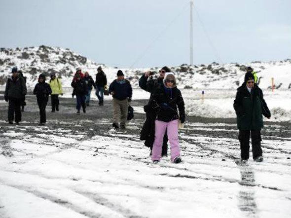 tratado da Antártica, imagem de turistas em base da Antártica