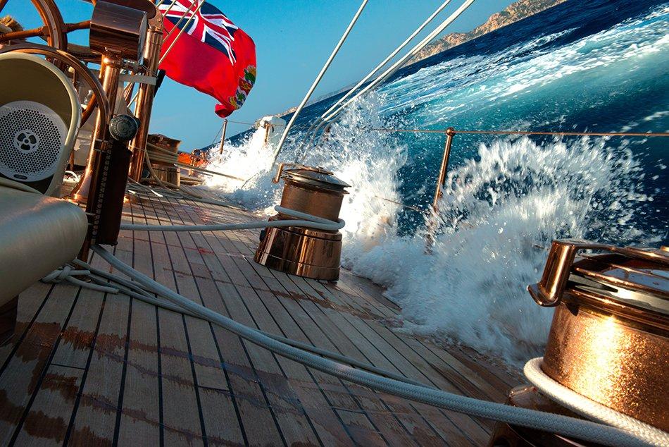 Shamrock V, velejando num sonho, imagem do veleiro Shamrock adernado