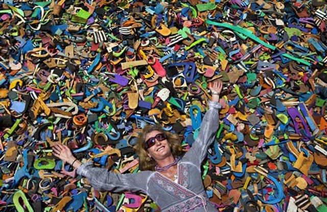 chinelos abandonados no mar viram brinquedos, imagem ambientalista Julie Church
