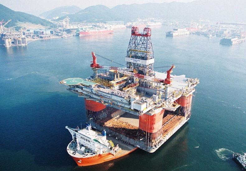 navio que transporta navios, imagem de navio deslocando plataforma de petróleo