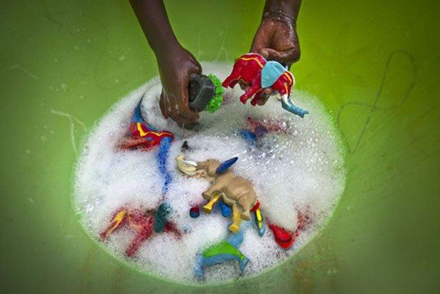 chinelos abandonados no mar viram brinquedos, imagem chinelos se transformam em brinquedos