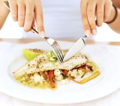 imagem comendo peixe com plástico
