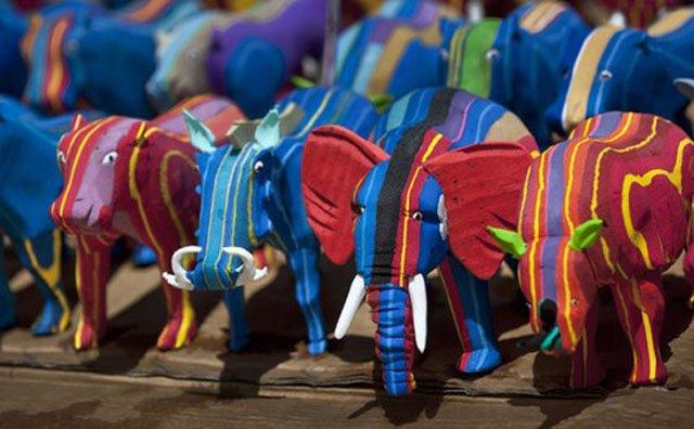 imagem elefantes feitos de chinelos abandonados no mar