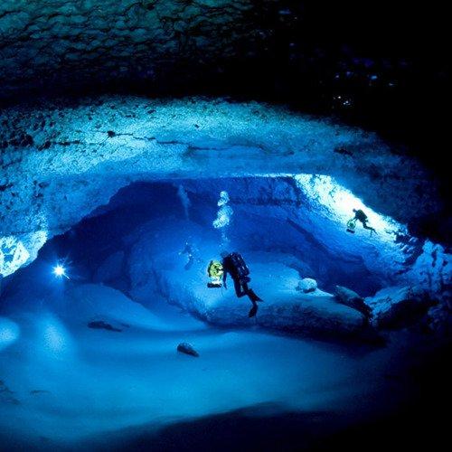 Mergulho em iceberg, saiba como é , imagem de mergulho em caverna dentro de iceberg