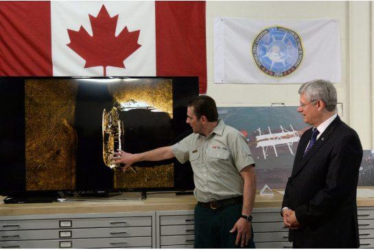 primeiro ministro canadense observa explicação sobre navio encontrado