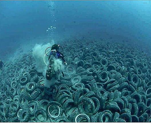 Recifes artificias com pneus, imagem de pneus no mar da Flórida