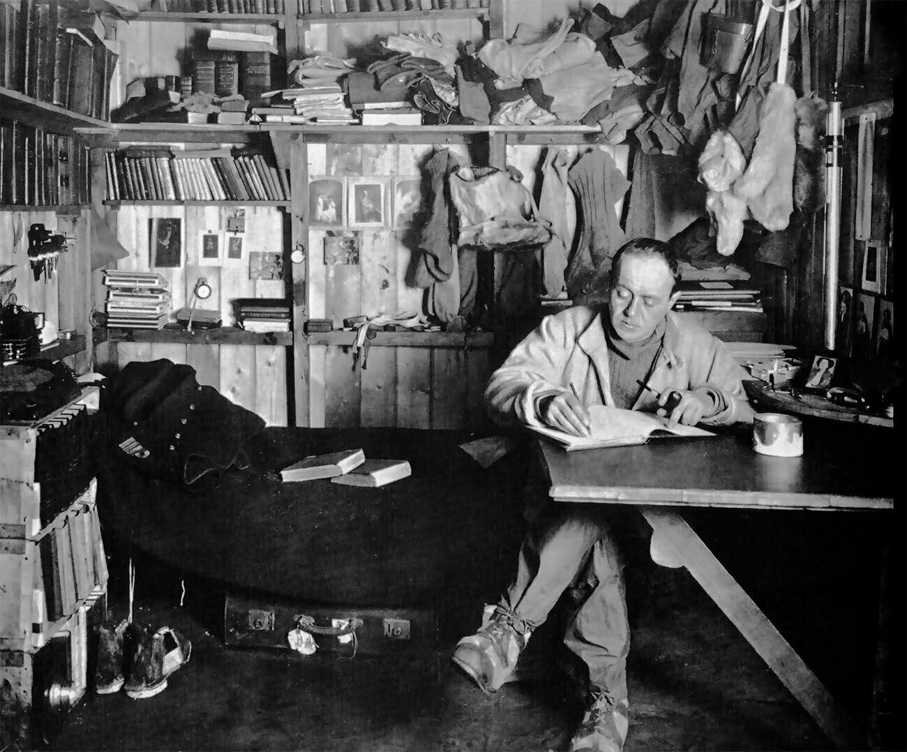 imagem de Robert Scott em sua cabana na Antártica