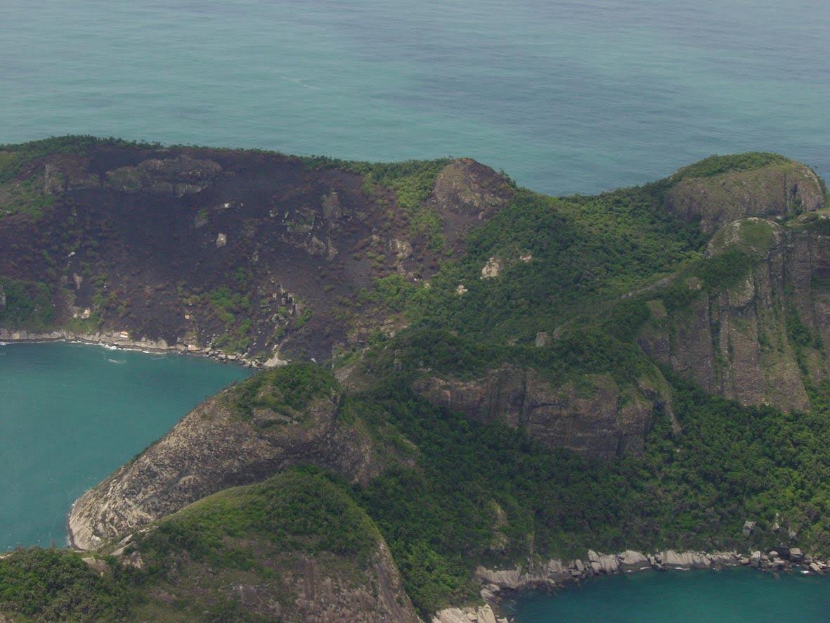 Arquipélago de Alcatrazes, litoral Norte de São Paulo, imagem de incêndio em alcatrazes