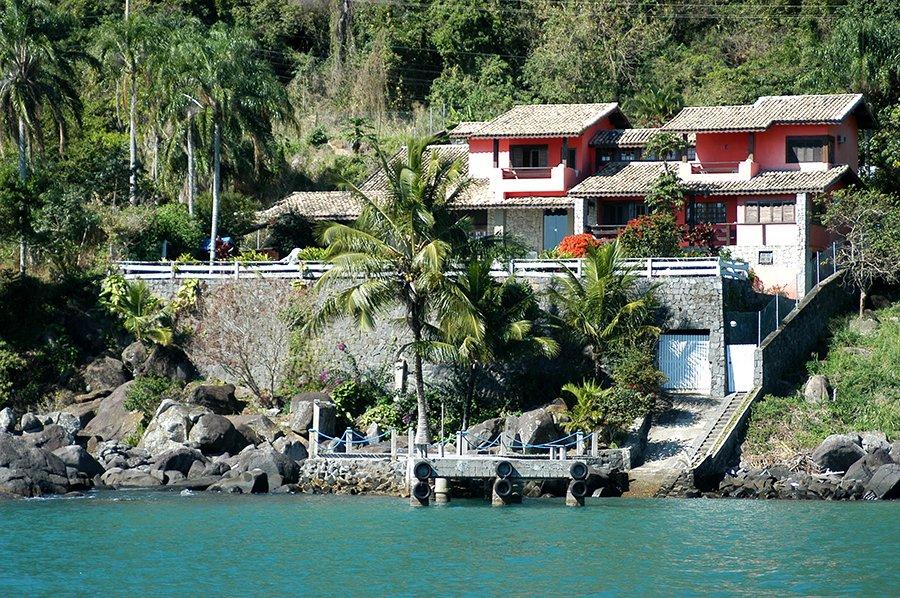 Parques Estaduais Ilhabela e ilha Anchieta, imagem de casas no-costão