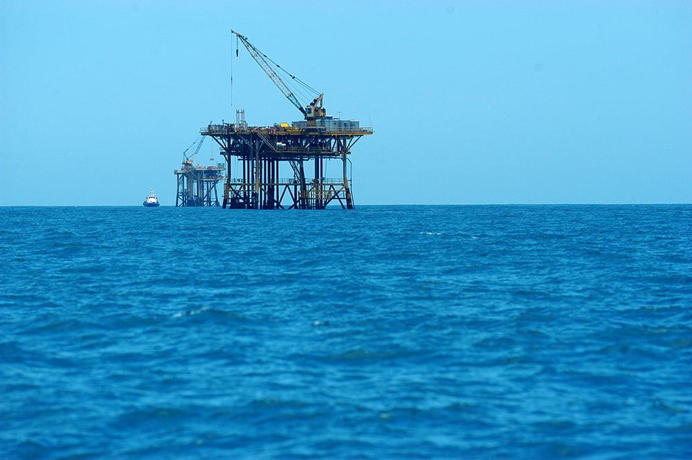 imagem de plataforma de petróleo, um dos Recursos marinhos, no mar de sergipe