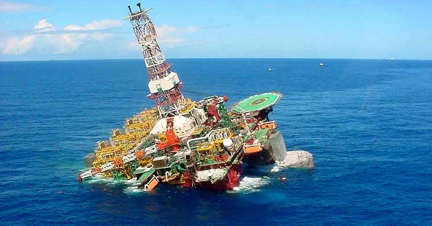 recursos marinhos, imagem de plataforma de petróleo tombada,