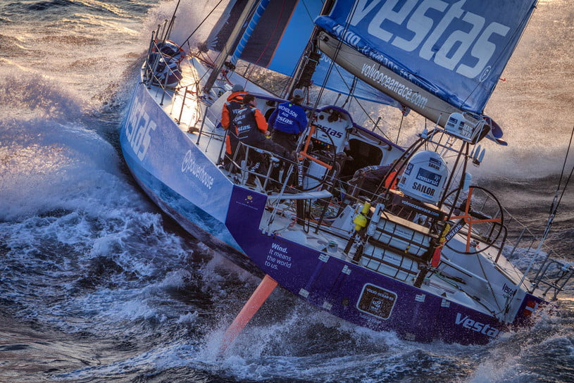 barco da volvo ocean race bate em coral