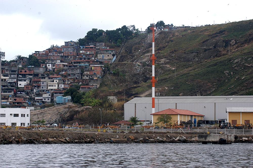 APA Guapimirim / ESEC da Guanabara, imagem de favela na baía de guanabara