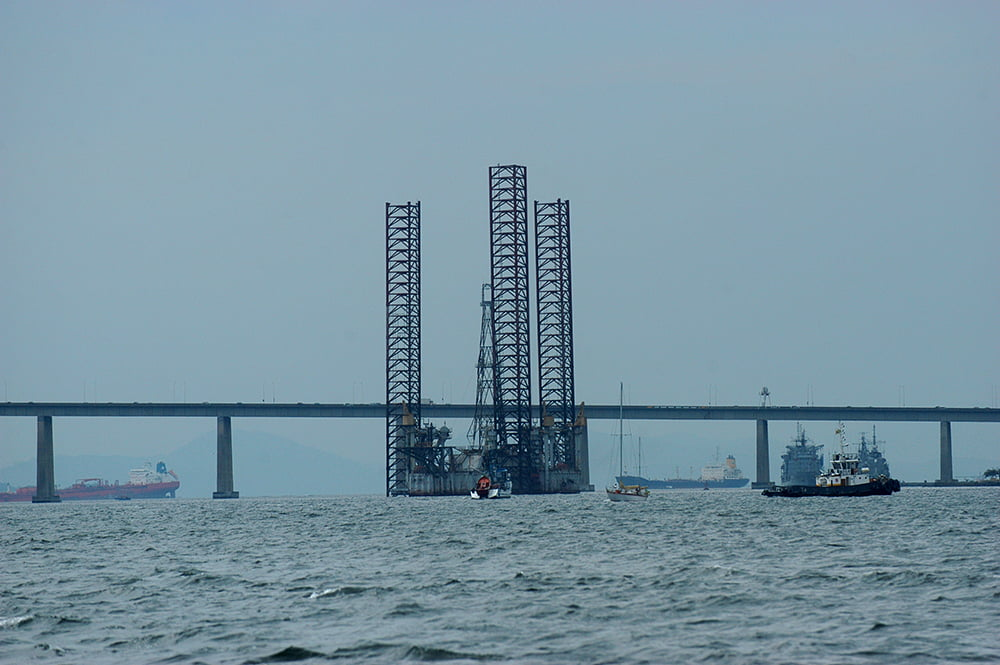 APA Guapimirim / ESEC da Guanabara, imagem de plataforma-de petróleo na baía de guanabara