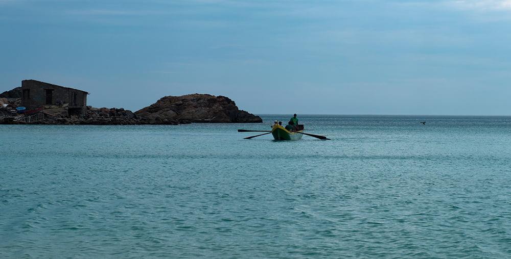 Resex Arraial do Cabo, Rio de Janeiro , imagem de pescadores em-canoa-grande