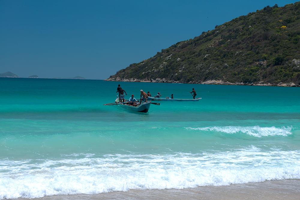 imagem da-chegada-de-canoa de pescadores em Arraial do Cabo