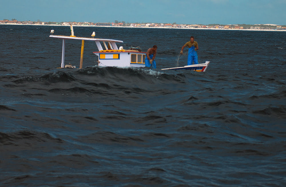imagem de traineira pescando na Resex do Arraial do Cabo