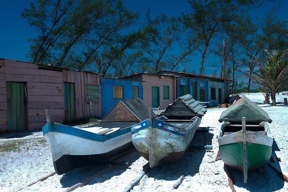 imagem de três canoas na praia de Arraial do Cabo