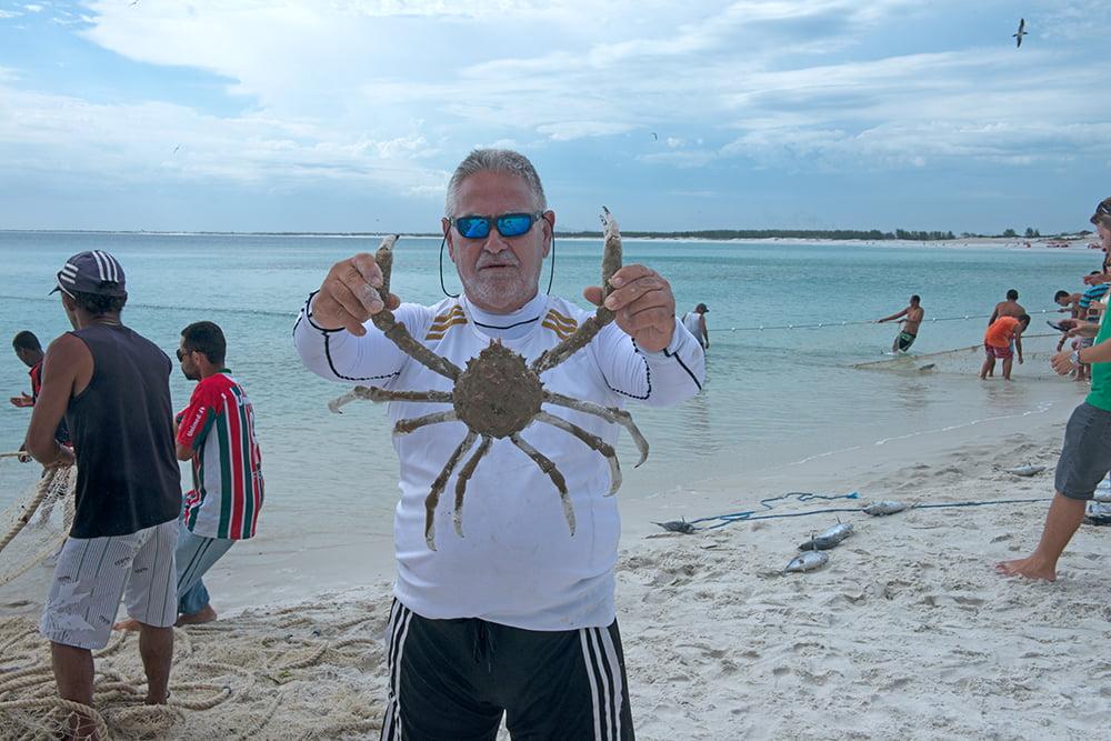Resex Arraial do Cabo, Rio de Janeiro, imagem de homem segurando um-caranguejo