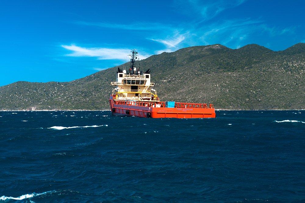 imagem de-barcos-supliers-em Arraial do Cabo