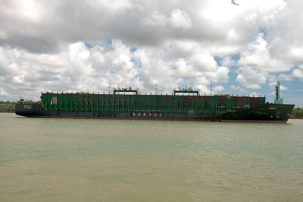 resex cassurubá, imagem de barcaça carregando eucaliptos.