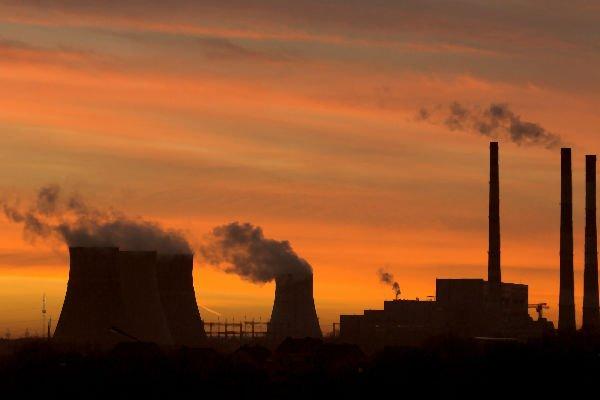 Califórnia: corte de 40% de emissões até 2030, imagens de chaminés com fumaça