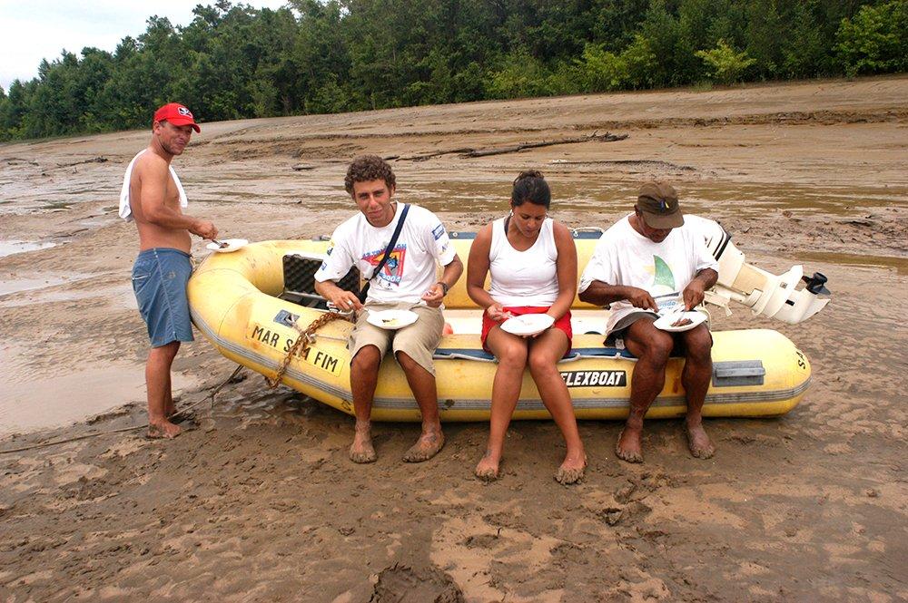 Alonso Irineu Goes, imagem de pessoas almoçando num bote de borracha