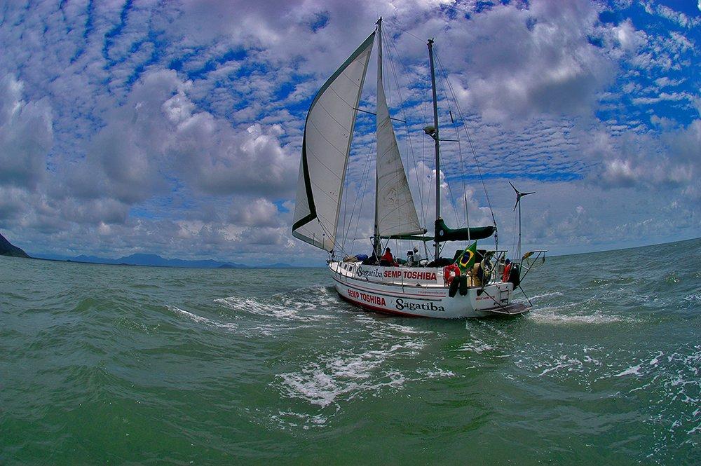 Alonso Irineu Goes,, imagem do veleiro mar sem fim na barra de-cananeia