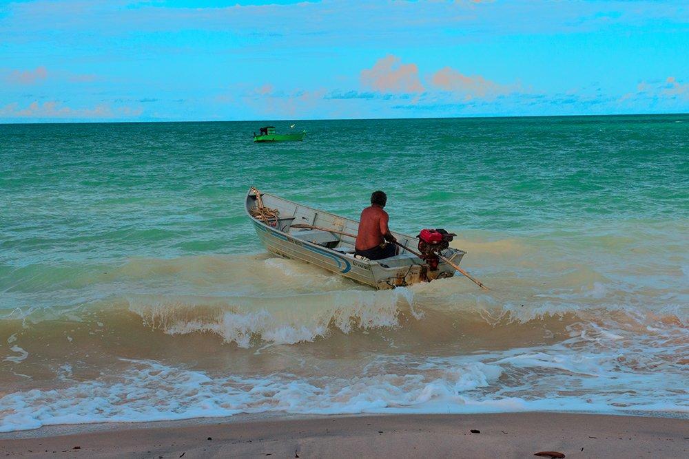 Resex Corumbau, imagem de seu-albino-saindo de canoa-pro-mar-