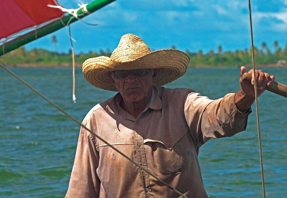 APA de Paiçabuçu, imagem de nativo de piaçabuçu em canoa