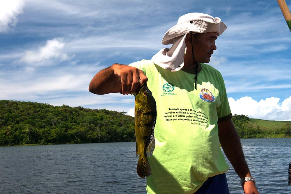 Resex Lagoa do Jequiá, imagem de pescador mostrando o-tucunare