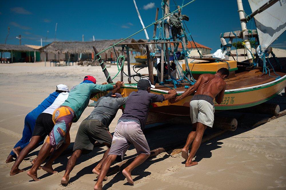 imagem de pescadores e jangada