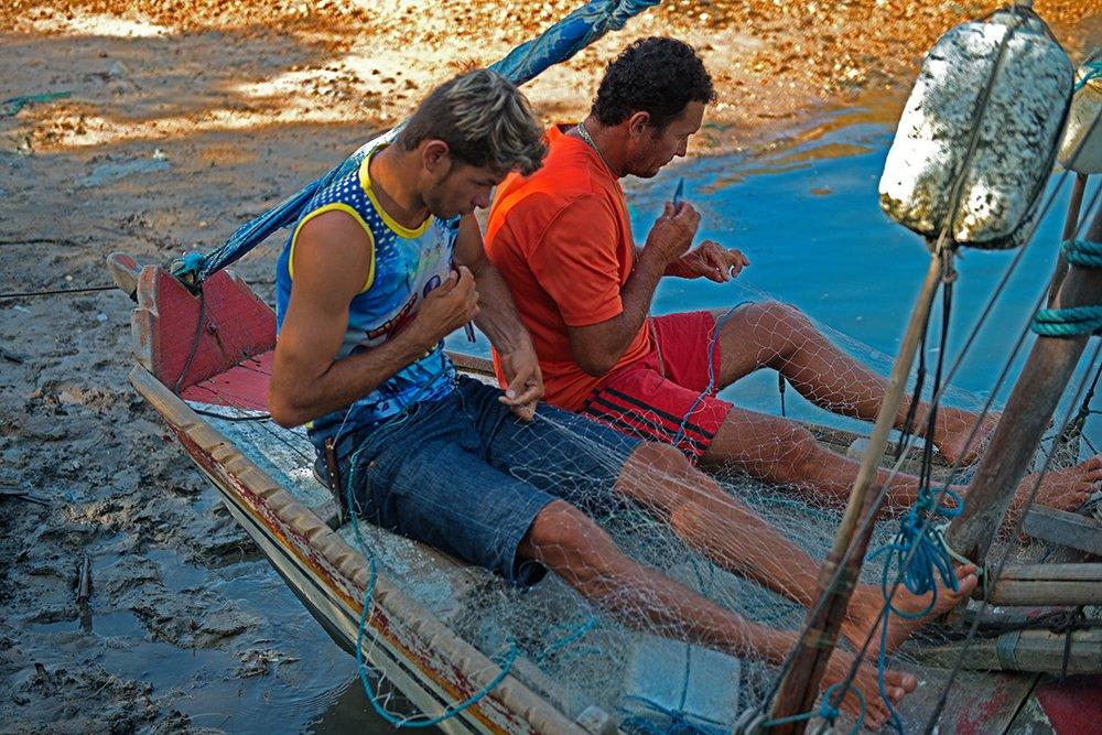 Resex Caeté Taperaçu, imagem de pescadores consertando rede