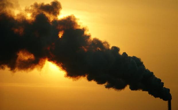 Emissão de Carbono: cai em outros países, sobe no Brasil, imagem de fumaça de chaminé