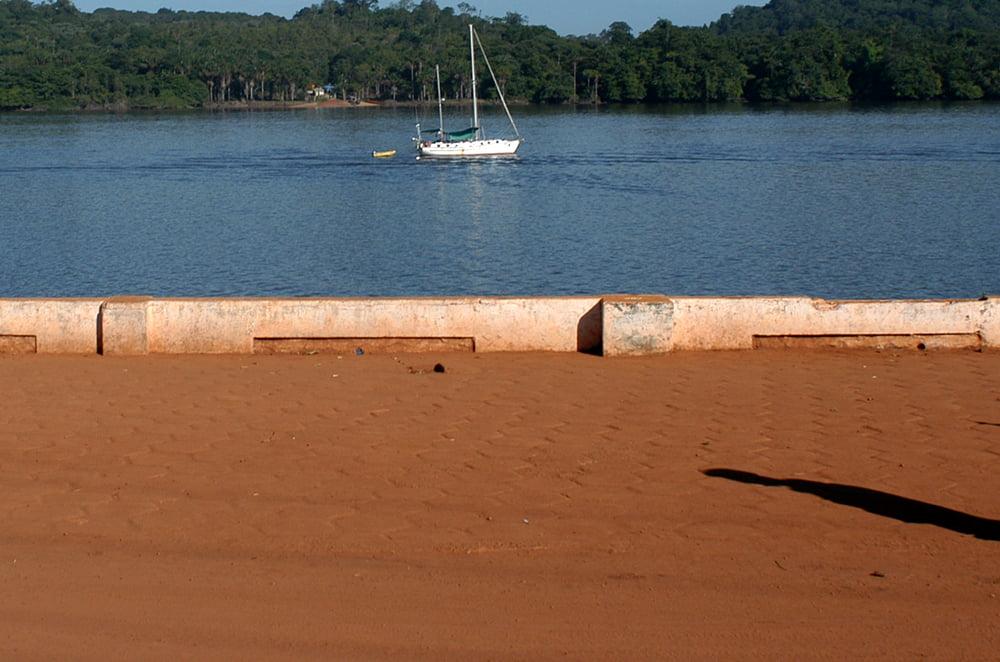Parque Nacional do Cabo Orange, veleiro mar sem fim fundeado no rio-oiapoque