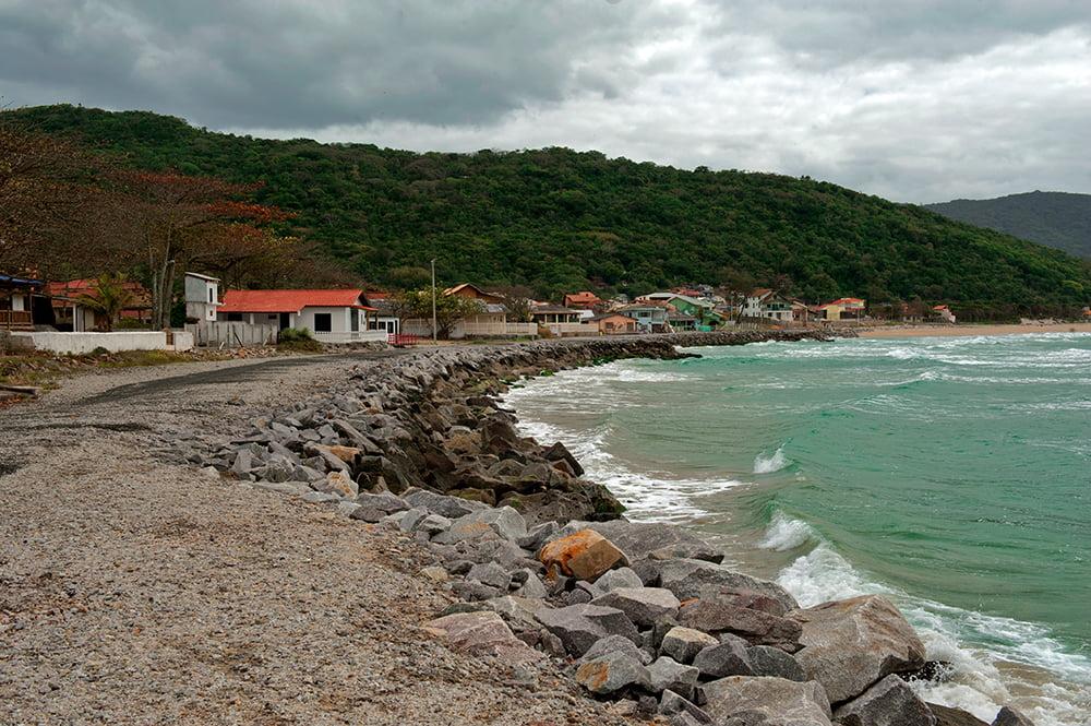 Canasvieiras e esgoto, o-muro-na praia-Armação-