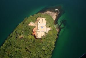 O diretor Bruno Barreto e sua ilha em Paraty