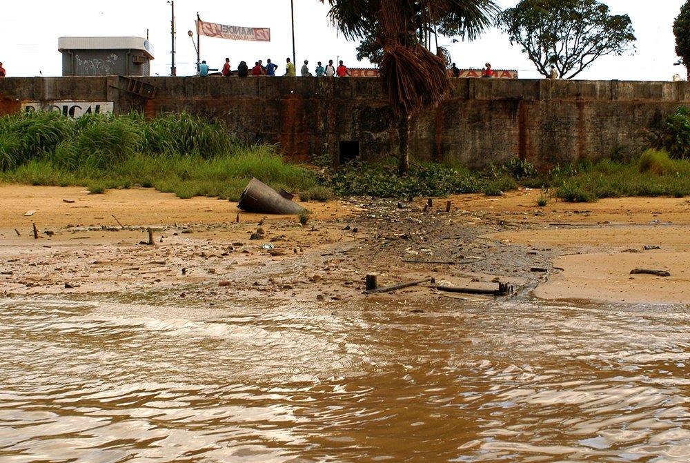 imagem de esgoto no rio Oiapoque
