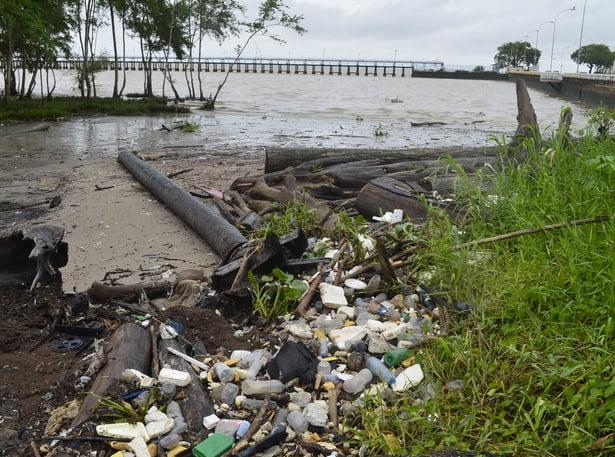 Colapso dos rios brasileiros, imagem de lixo nas margens do amazonas
