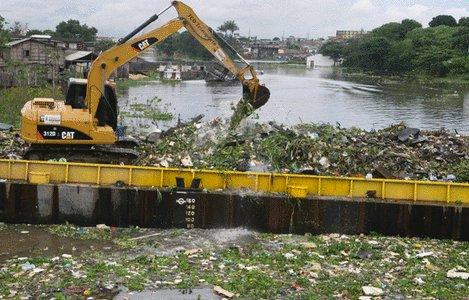 imagem de poluição no rio amazonas